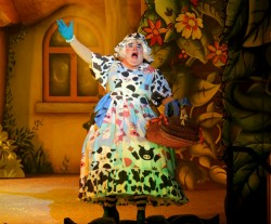 pantojack9Jack and the Beanstalk - Nick Wilton as Dame Trott - Photo credit Anna Barclay